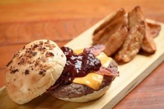 Belini Café: Oinc Oinc (hambúrguer suíno com muçarela de búfala, molho de pimenta, alface e tomate no pão brioche da casa), com batata frita rústica,