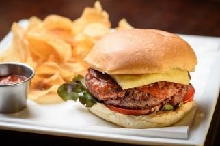 Carpe Diem: Burgerhouse (prime angus beef, farinha de bacon, muçarela, alface, tomate, cebola agridoce, aioli, relish de tomate), com batata portuguesa
