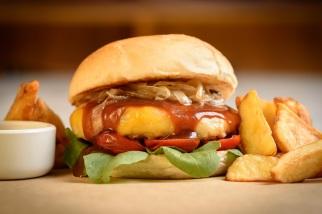 Casa da Madeira: Burger do Casa (blend de 200g de carne bovina com bacon, cebola assada, picles, tomate , mix de folhas e finalizado com queijo gouda derretido e tiras de bacon crocantes em pão preto tostado), com batata fritas e maionese de manjericão