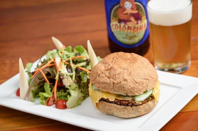 Cantucci: Hambúrguer de Lentilha (com queijo de cabra, salada árabe de iogurte com pepino, num pão artesanal e integral com seis cereais), com batata frita ou mix de folha com tomatinhos confitados)