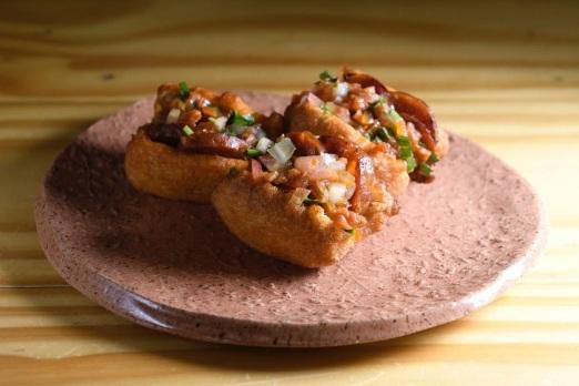 Bocaditos de feijão recheados de chouriço espanhol, de Isadora Marar