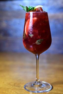 Bacio Rosso (vinho tinto, frutas vermelhas, xarope de hibisco, vermute rosso e refrigerante citrus)