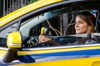 """""""Berenice Procura"""": Cláudia Abreu vive taxista envolvida no assassinato de uma travesti. Suspense de Allan Fiterman, diretor de TV que estreia no cinema. Nas telas em 14/3"""