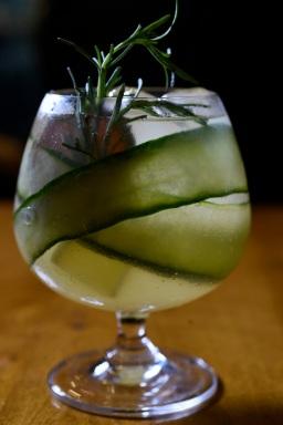 GT Cants (gin Tanqueray, limoncello, cítricos desidratados, pepino, alecrim, citrus e água tônica)
