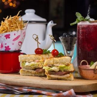Club Sanduíche (com frango orgânico, bacon artesanal, alface americana, tomate confitado e maionese de limão siciliano caseira no brioche da casa, com batata da chef), a R$ 38