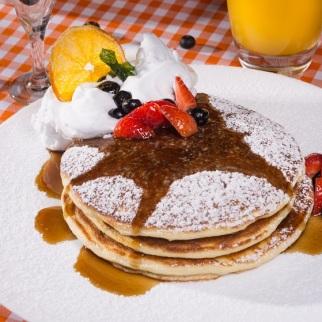Pancakes (panquecas americanas com morangos e syrup), a R$ 29