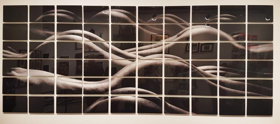 Sem título (sem data), de Kazuo Okubo. Da Galeria A Casa da Luz Vermelha. Mestre da fotografia erótica, Kazuo também trouxe à tona uma discussão acerca da paisagem feita de elementos inesperados. Nesse caso, as dunas foram criadas a partir de corpos e belos derrières.