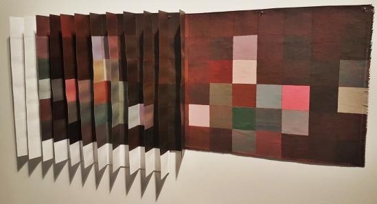 Aproximações (2018), de Ralph Gehre. O artista mostra como ainda é possível produzir obras com questões geométricas e efeitos cromáticos.