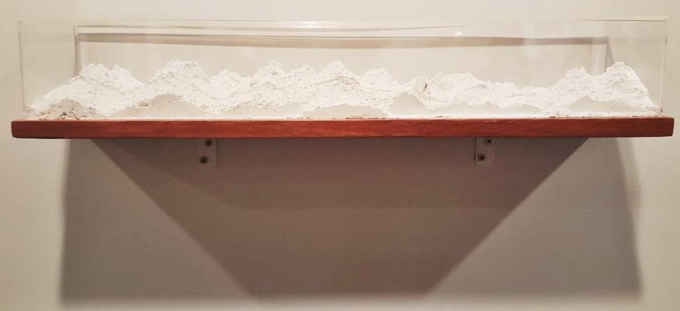 Morada Improvável (2018), de Nina Maia. Da Galeria Espaço Piloto. A partir de um gesso em pó, a artista construiu uma paisagem e a guardou em uma caixa de madeira e acrílico.