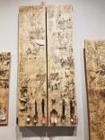 O Canibal 1 (2018), de Cintia Falkenbach e Mario Jardim. Da Galeria Fuga. Parte de um tríptico, a obra trabalha entre o conteúdo (que traz imagens de índios canibais desenhados nos séculos 16 e 17) e materiais (madeira e utensílios de cobre) para recontar (e recriar) a história do Brasil