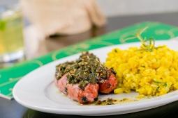 Linguiça de pernil grelhada com molho chimichurri e arroz milanês (R$ 22)