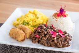 Picadinho de filé com arroz, farofa de ovos e banana (R$ 39)