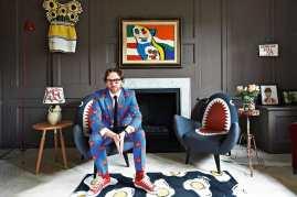 O artista pop inglês Philip Colbert em casa, em foto para o The Guardianuardian